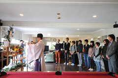 市谷八幡宮の宮司さんを招いて行った入学式の様子。(2012-04-21,共用部,PARTY,1F)