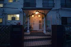 夜の玄関まわり。装飾がされています。(2014-06-02,周辺環境,ENTRANCE,1F)