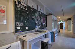 廊下にはインフォメーションボードがあります。黒板が学校らしい。(2014-06-02,共用部,OTHER,1F)