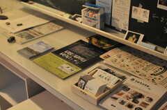 イベントやお店のリーフレットがたくさん。入居者さんが関わっているものがほとんどだそう。(2014-06-02,共用部,OTHER,1F)
