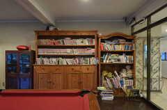 本棚は本や雑誌でいっぱいです。(2014-06-02,共用部,LIVINGROOM,1F)