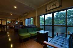 夕暮れの窓際。いい雰囲気です。(2014-06-02,共用部,LIVINGROOM,1F)
