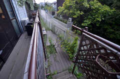 テラスからつながる喫煙スペース。こちらも入居者さんたちが自ら作ったのだそう。(2014-06-02,共用部,OTHER,1F)