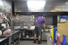調理中の入居者さん。(2014-06-02,共用部,KITCHEN,1F)