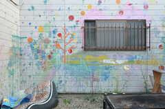 ワークショップで近所の子どもたちが水風船を投げてペイントした壁。勢いがあります。(2014-06-02,共用部,OTHER,1F)