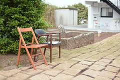 庭には椅子が並んでいます。(2017-05-09,共用部,OTHER,1F)