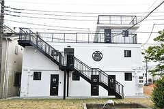 リビングのある棟の外観2。以前はアパートだったのだそう。(2017-05-09,共用部,OUTLOOK,1F)