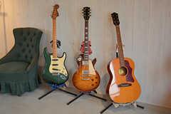 ミュージシャンである入居者さんのギター。小さな音楽ライブも開催されることがあるそうです。(2017-05-09,共用部,LIVINGROOM,2F)