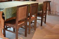 昔から使われていた古い家具。椅子はかつて女学校で使われ、丁寧に補修をしてきた跡が残っています。(2017-05-09,共用部,LIVINGROOM,2F)