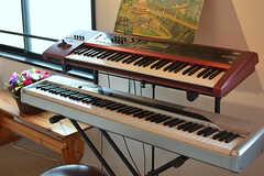 ミュージシャンの入居者さんのキーボード。使わないときは布がかけられています。(2017-05-09,共用部,LIVINGROOM,2F)