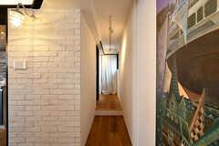 廊下の先にバスルームとシャワールームが並んでいます。(2017-05-09,共用部,OTHER,2F)