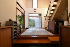 玄関から見た内部の様子。吹き抜けのホールです。(2020-02-26,周辺環境,ENTRANCE,1F)
