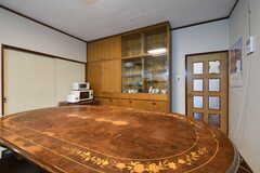 ダイニングテーブル越しに食器棚があります。(2020-02-26,共用部,LIVINGROOM,1F)