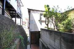 シェアハウスの外観。少し奥まった場所に建っています。(2011-08-30,共用部,OUTLOOK,1F)