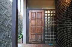 シェアハウスの正面玄関。(2011-08-30,周辺環境,ENTRANCE,1F)