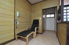 ゆったりとしたアームチェアもあります。奥がトイレです。(2011-08-30,共用部,OTHER,1F)
