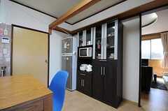 食器棚の様子。壁を挟んで反対側がリビングです。(2011-08-30,共用部,LIVINGROOM,1F)