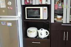 キッチン家電の様子。基本的な食器も揃っています。(2011-08-30,共用部,LIVINGROOM,1F)