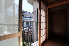 階段脇には共用の物干しスペースがあります。(2011-08-30,共用部,OTHER,2F)