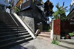 物件の目の前は階段になっています。(2011-08-30,共用部,ENVIRONMENT,1F)