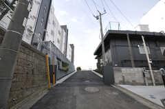 シェアハウスへ続くアプローチの様子。左右にシェアハウスの住居棟が見えます。(2013-09-18,共用部,OUTLOOK,1F)