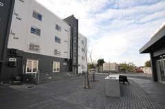 シェアハウスは広場を囲んで2つの棟から構成されています。(2013-09-18,共用部,OUTLOOK,1F)