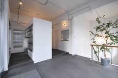 ホールの様子。手前にポストが設置されています。(2013-09-18,周辺環境,ENTRANCE,1F)