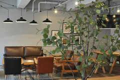 ベンチから生えている緑は造花とのこと。近くで見てもリアルな作りです。(2013-09-18,共用部,LIVINGROOM,1F)
