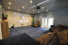 シアタースペースの様子。床には絨毯が敷かれています。(2013-09-18,共用部,LIVINGROOM,1F)