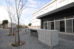 広場の様子2。コンクリート製のキッチンが設置されています。(2013-09-18,共用部,OTHER,1F)