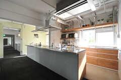 キッチンの様子。システムキッチンは合計3台あります。(2013-09-18,共用部,KITCHEN,1F)