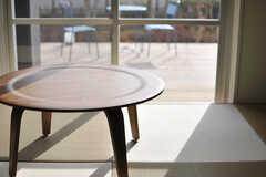 ちゃぶ台の様子。窓の先はウッドデッキテラスです。(2013-09-18,共用部,OTHER,1F)