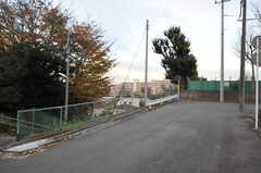 シェアハウス近くの道の様子。ちょうど突き当たりの曲がり角が青空のビューポイントです。(2013-09-18,共用部,ENVIRONMENT,1F)
