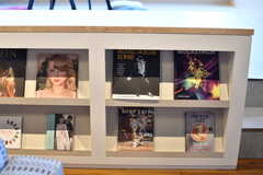 自由に読むことの出来る雑誌や本が設置されています。(2019-10-09,共用部,LIVINGROOM,1F)