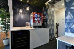 ワーキングスペースの隣にはコーヒーサーバーが設置されており、入居者は無料で利用することが出来ます。(2019-10-09,共用部,LIVINGROOM,1F)