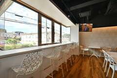 窓辺にはカウンターテーブルが設置されています。(2019-10-09,共用部,LIVINGROOM,1F)