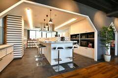 キッチンにはバーカウンターが設置されています。(2019-10-09,共用部,KITCHEN,1F)
