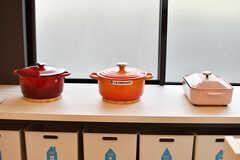 ル・クルーゼ・ブルーノなどカラフルな鍋類が用意されています。(2019-10-09,共用部,KITCHEN,1F)