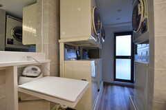 アイロン台、乾燥機と洗濯機が設置されています。(2019-10-09,共用部,OTHER,2F)