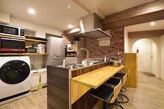 キッチンはカウンター付きです。ハイチェアが3脚用意されています。(2016-06-09,共用部,KITCHEN,3F)