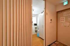 専有部の様子。入り口は鍵付きのアコーディオンカーテンです。(301号室)(2020-08-24,専有部,ROOM,3F)