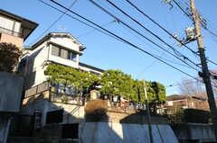 シェアハウスの外観。高台に建っています。(2012-12-25,共用部,OUTLOOK,1F)