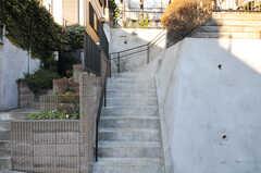 正面玄関までは、階段を上がります。(2012-12-25,周辺環境,ENTRANCE,1F)