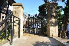 重量のある立派な門扉。入って左に玄関があります。(2012-12-25,周辺環境,ENTRANCE,1F)