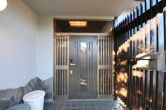 シェアハウスの正面玄関。(2012-12-25,周辺環境,ENTRANCE,1F)