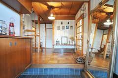 正面玄関から見た内部の様子。入って右手にリビングがあります。(2012-12-25,周辺環境,ENTRANCE,1F)