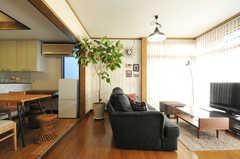 玄関側から見るとこんな感じ。右手にリビング、左手にダニングとキッチンです。(2012-12-25,共用部,LIVINGROOM,1F)