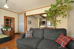 ソファはゆったり座れます。(2012-12-25,共用部,LIVINGROOM,1F)