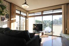 ブラインドを開けるとこんな感じ。掃き出し窓からは庭へ出られます。(2012-12-25,共用部,LIVINGROOM,1F)