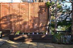 花壇もあります。暖かくなれば、芝生も育つかと。(2012-12-25,共用部,OTHER,1F)